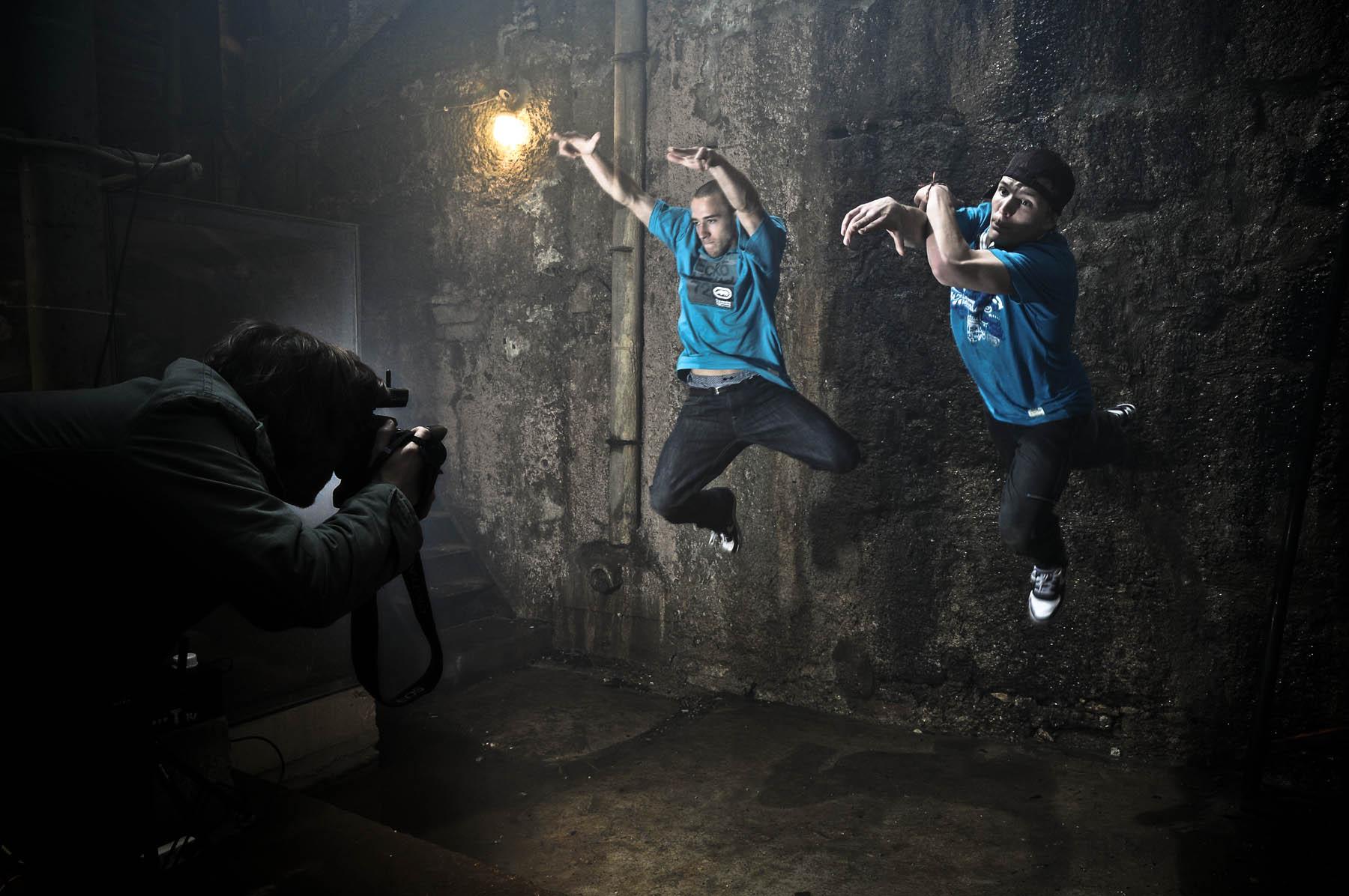 Zwei Breakdancer aus Salzburg springen direkt auf den Fotografen Ulrich Schuster aus Nürnberg zu. Der Moment wurde von Hendrik Stoltenberg perfekt eingefangen.